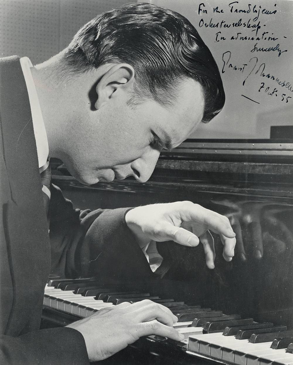 Grant Johannesen, 1955, avec la dédicace: For the Trondhjems orkesterselskap - in admiration - Sincerely, Grant Johannesen, 1955. Ref.: wikipedia http://en.wikipedia.org/wiki/File:Grant_Johannesen_(1921_-_2005).jpg Olaf T. Ranum, Trondheim byarkiv, The Municipal Archives of Trondheim Arkivreferanse / Archive reference: TorH45 - F9469 https://www.flickr.com/photos/29160242@N08/8200071100