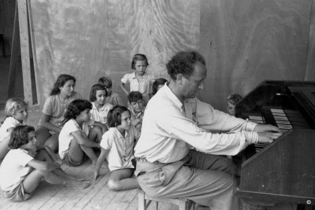 Frank PELLEG jouant devant une classe d'enfants, photographe, lieu et date inconnus - cliquer sur la photo pour une vue angrandie