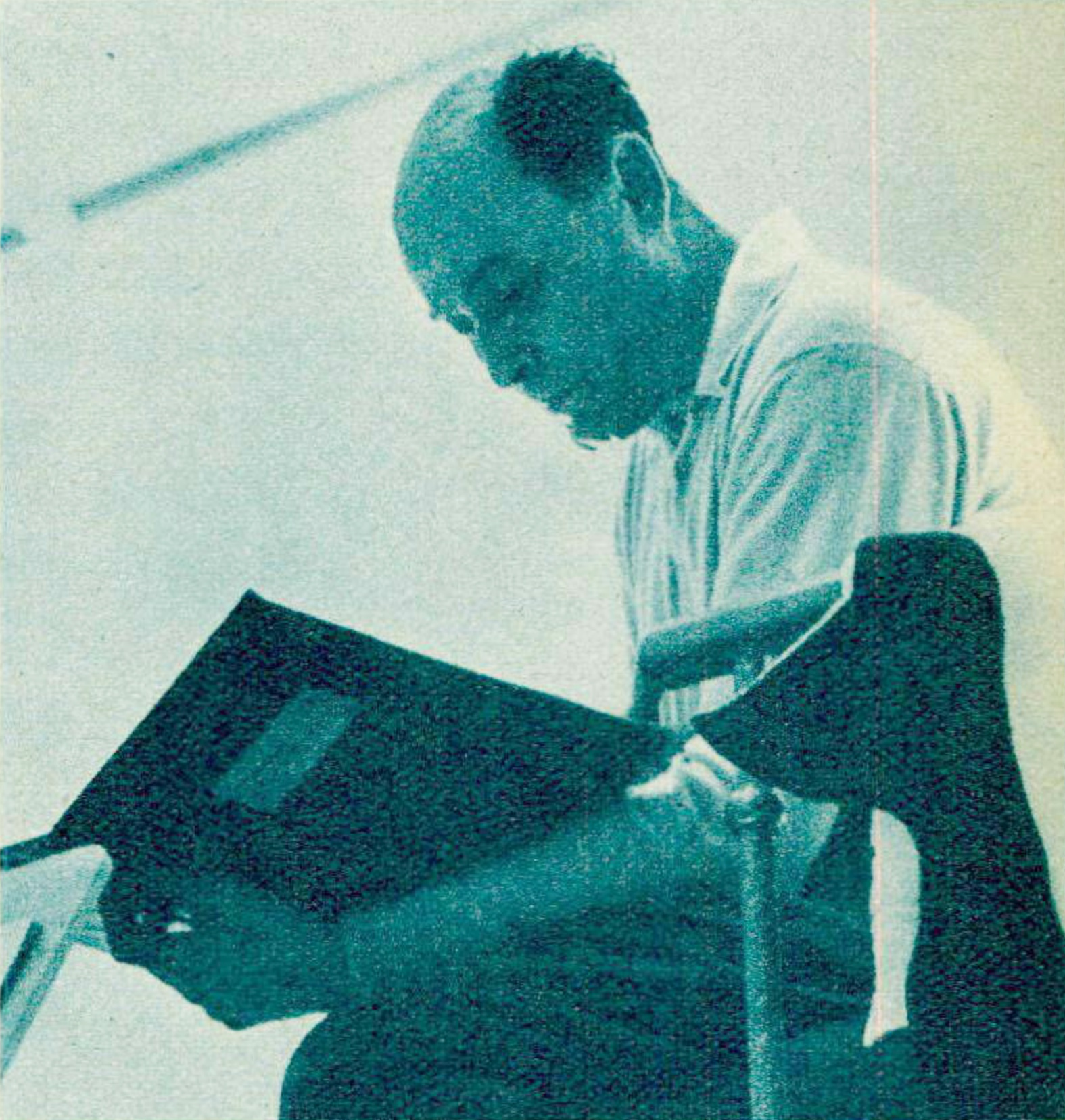 Georg Solti, une photo publiée entre autres dans la revue Radio TV Je vois tout du 18 août 1960, No 33, page 11