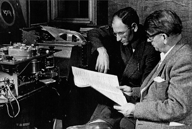 Henry Swoboda lors d'enregistrements à Winterthur (env. 1950), à son côté Karl Wolleitner, pianiste et producteur (photo de presse de Westminster)